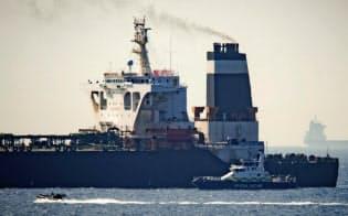 拿捕されたタンカーと英軍艦船(4日)=AP