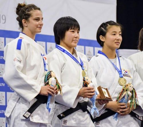柔道女子57キロ級で金メダルを獲得した富沢佳奈=中央(5日、ナポリ)=共同