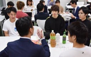 選挙について若者と意見交換する国会議員(手前左)=東京都渋谷区