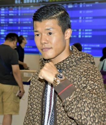 取材に応じポーズをとる亀田和毅(6日、関西空港)=共同