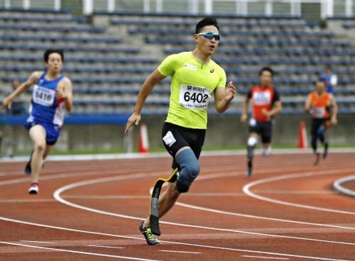 男子200メートル(義足) 23秒80の日本新で優勝した井谷俊介(6日、町田市立陸上競技場)=共同