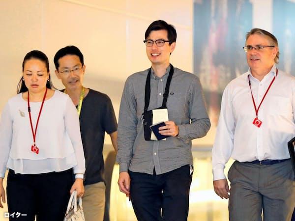 北朝鮮に解放されたオーストラリア人留学生アレック・シグリーさん(右から2人目)=ロイター・共同