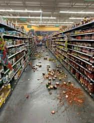 5日、米カリフォルニア州で地震後、商品が床に散乱する雑貨店内=AP