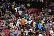 5日、米ラスベガスで、地震後にバスケットボールの試合会場から避難しようとする観客ら=ゲッティ共同