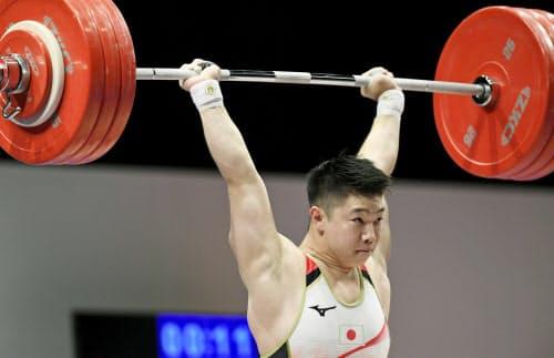 男子73キロ級 ジャークで190キロに成功し日本記録を更新した宮本昌典(6日、東京国際フォーラム)=共同