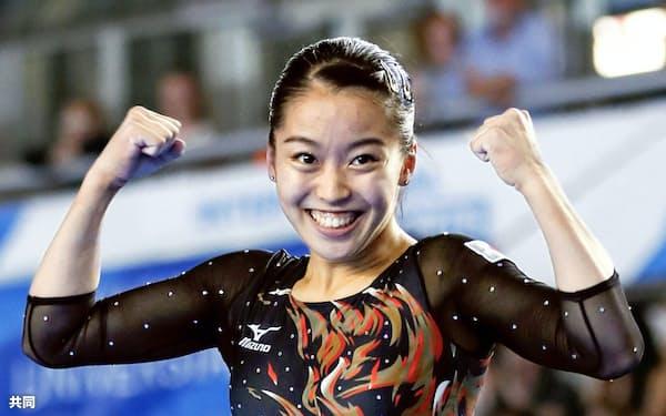 体操女子個人総合決勝 平均台の演技を終えガッツポーズする畠田瞳(6日、ナポリ)=共同
