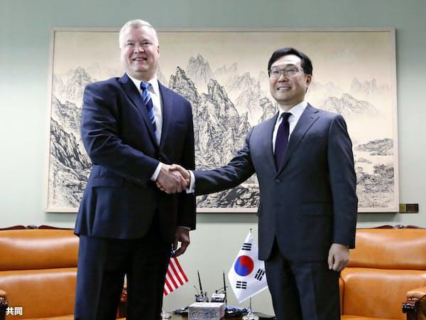 ドイツで会談する米国のビーガン北朝鮮担当特別代表(左)と韓国外務省の李度勲朝鮮半島平和交渉本部長=共同