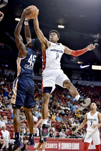 米プロバスケットボールNBAサマーリーグのペリカンズ戦で実戦デビューを果たしたウィザーズの八村塁=右(6日、米ラスベガス)=AP