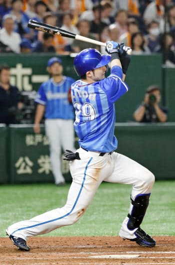 6回DeNA2死一、二塁、伊藤光が左越えに勝ち越し3ランを放つ(7日、東京ドーム)=共同