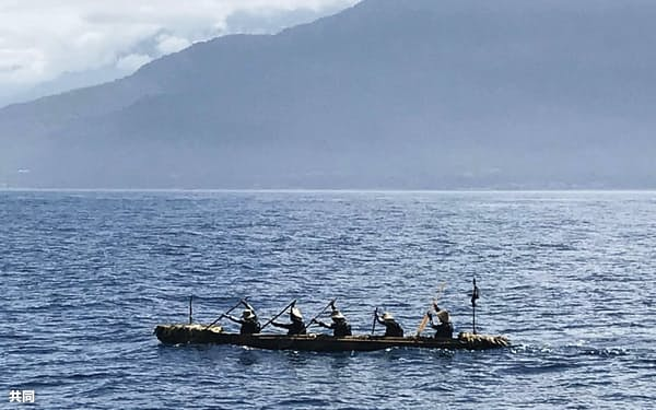 台湾沖を進む、国立科学博物館のチームが乗り込んだ丸木舟(7日)=同博物館提供・共同