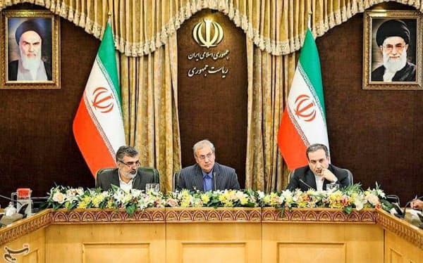 7日、イラン・テヘランで記者会見に臨むイランのアラグチ外務次官(右)とイラン原子力庁のカマルバンディ報道官(左)ら(タスニム通信提供・ロイター)
