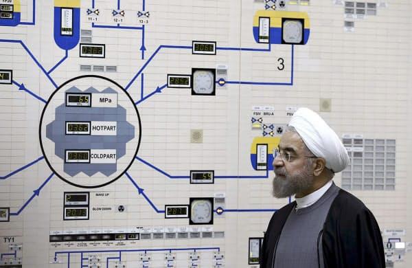 イランの原子力関連施設を視察するロウハニ大統領(2015年1月)=AP