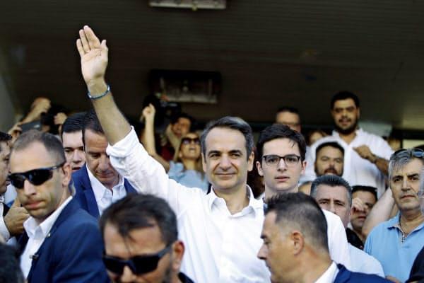 7日、支持者に手を振るNDのミツォタキス党首(アテネ)=AP