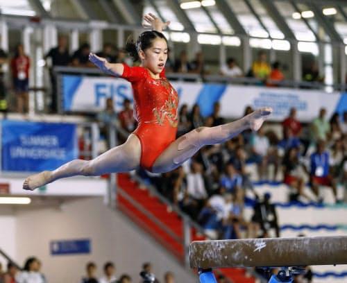 体操種目別決勝の女子平均台で優勝した畠田瞳(7日、ナポリ)=共同
