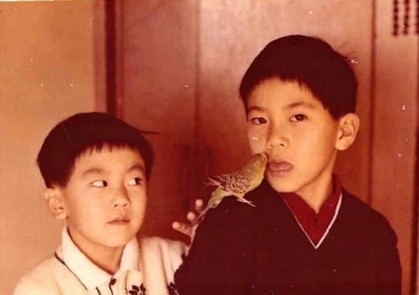 自宅で小鳥を飼っていたころ、弟と(右が坂東さん)