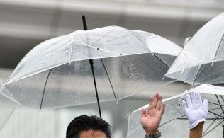 ビニール傘をさして演説する(4日、東京都新宿区)