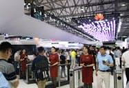 中国軍とのつながりの疑惑は、ファーウェイの通信機器の海外展開に響く可能性がある(6月、上海市内での展示)