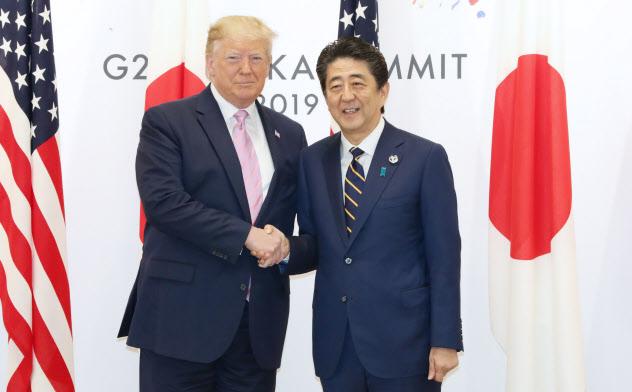 トランプ米大統領との首脳会談の冒頭、握手を交わす安倍首相(28日午前、大阪市)=代表撮影