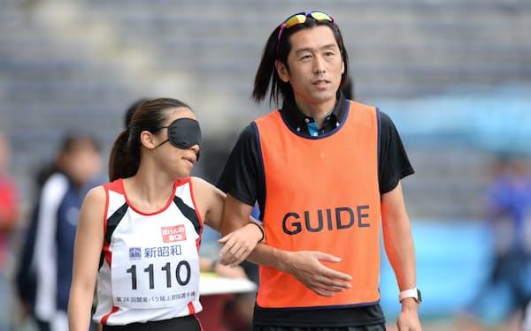 大森盛一(右)は高田千明のコーチであり「コーラ-」。二人三脚で走り幅跳びに挑んでいる(2019年7月、東京都町田市)
