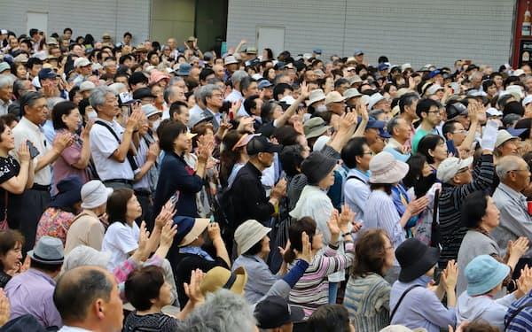参院選候補者の主張を聞く聴衆(4日、秋田市)