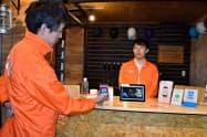 KDDIは富士山の山小屋でスマホ決済を利用できるようにする(8日、静岡県御殿場市)