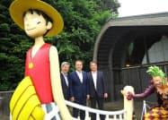 上地克明市長((右)から2人目)らがキャラクターで装飾された猿島を視察(8日、神奈川県横須賀市)