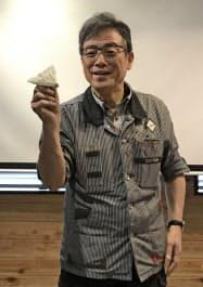 宇宙から飛ばす紙飛行機を紹介する戸田拓夫キャステム社長(広島県福山市)
