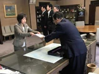 青山氏(左)?#24076;?#26085;、県庁知事室で大村秀章知事から辞令の交付を受けた(名古屋市)