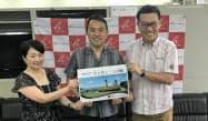 「難病の子どもとその家族へ夢を」の大住代表(中)と、KPGホテル&リゾートの田中社長(右)(沖縄県庁)