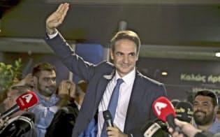 7日、ギリシャ総選挙で勝利し、手を振るミツォタキス新民主主義党党首=AP