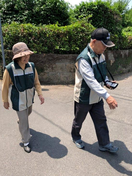 認知症の人がメール便を配達し、地域住民とつながる取り組みも始まっている(鹿児島県姶良市)