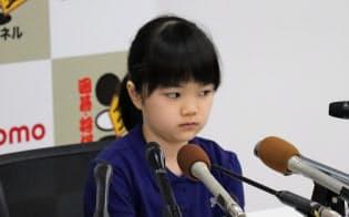 公式戦の初勝利を挙げ、記者会見に臨む仲邑菫初段(8日、大阪市)
