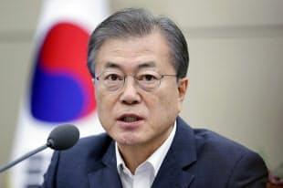 韓国大統領府の会議で発言する文在寅(ムン・ジェイン)大統領