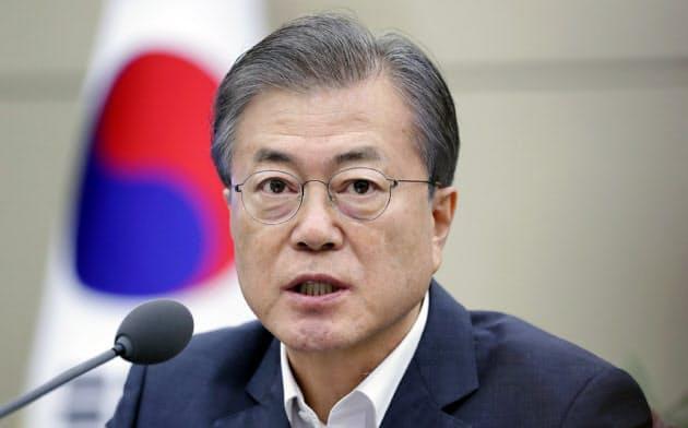 韓国大統領府の会議で発言する文在寅(ムン・ジェイン)大統領=韓国大統領府提供