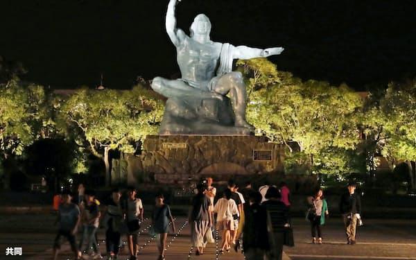 ライトアップされた平和祈念像のある広場(8日夜、長崎市の平和公園)=共同