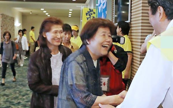 有権者と握手する参院選立候補者(右)(4日、静岡県掛川市)=一部画像処理しています