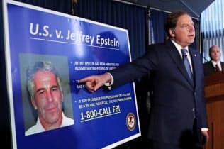 エプスタイン被告の訴追について記者会見する米ニューヨーク州の検事ら(8日)=ロイター