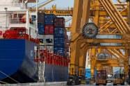 米中貿易戦争の影響で、東南アジアでは輸出が減速しているとみられる(タイのバンコク港)=ロイター