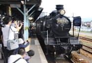 JR日田駅を出発した「SL湯けむり号」(9日午前、大分県日田市)=共同