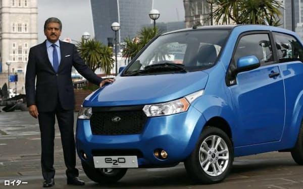 自社の電気自動車をアピールするマヒンドラグループのアナンド・マヒンドラ会長=ロイター