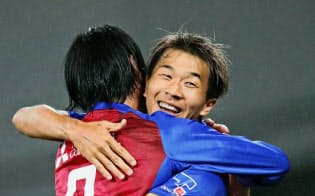 7月7日のG大阪戦の後半、ディエゴオリベイラのゴールをアシストし、高萩(左)と抱き合って喜ぶFC東京・永井。眠っていた才能が覚醒したようだ=共同