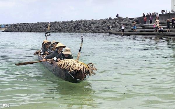 沖縄県・与那国島の港に到着した国立科学博物館チームの丸木舟(9日午前)=同博物館提供・共同