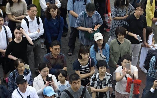 有権者も候補者の演説に耳を傾ける(6日、横浜市内)