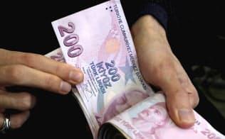 トルコの通貨リラは、米ドルやユーロに対して下落を続けている=ロイター