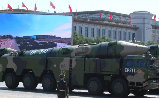 「空母キラー」と呼ばれる中国軍の弾道ミサイル「東風21D」(2015年9月3日、北京での軍事パレード)