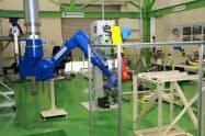 アーム型ロボットなど6台の機器を展示している(9日、岡山県玉野市)