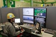 モニターやコントローラーを使った遠隔操作を実際に体験できる(9日、岡山県玉野市)