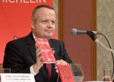 記者会見する日本ミシュランタイヤのポール・ペリニオ社長