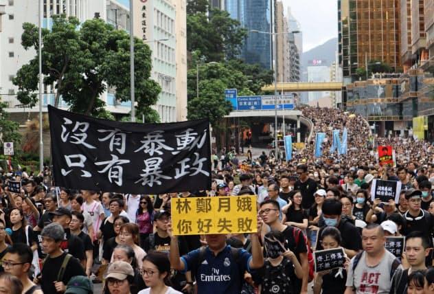 香港のデモは収束?#25569;駐筏?#35211;えない(7日、?#27604;A街を行進?#24037;?#21442;加者)
