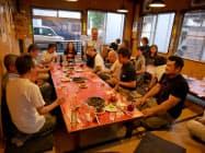 5~6月、埼玉県物産観光協会が酒とホルモンなどの地元グルメを楽しむツアーを開いた(埼玉県秩父市)